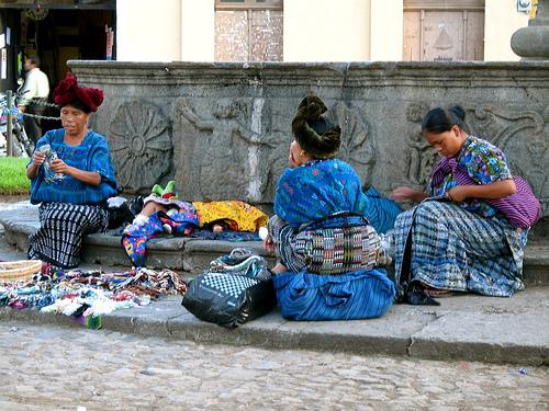 Indígenas y su artesanía