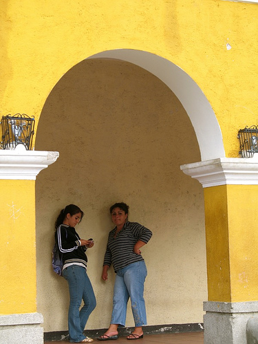 Arch-framed women in Jocotenango
