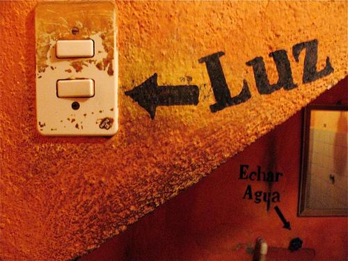 Luz y Echar Agua Signs