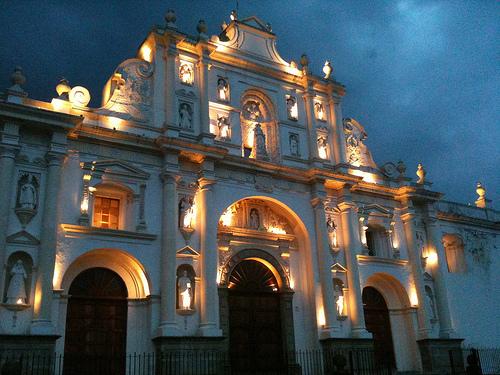 Hay días que son casi perfectos en La Antigua Guatemala by Rudy Girón