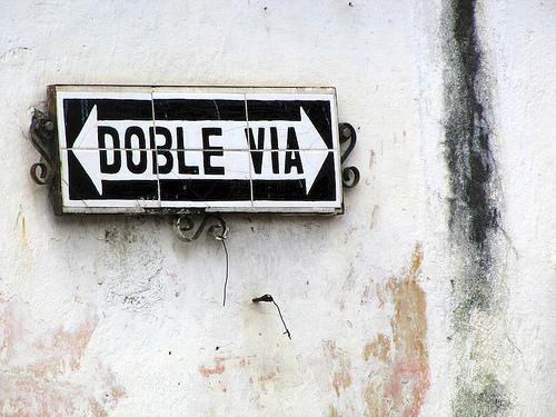 Doble vía rótulo by Rudy Girón
