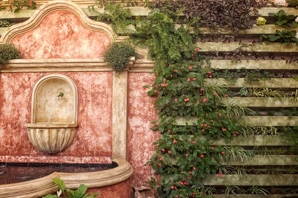 Rudy Giron: Flowers of Guatemala &emdash; Búcaro y jardín vertical