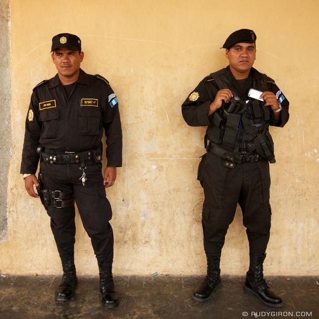 Rudy Giron: Instagrams &emdash; Los policías